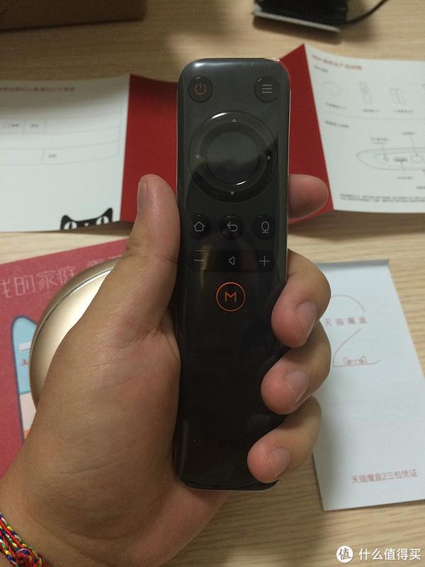 遥控器小巧,按键设计合理,功能简单,老爸老妈也能快速上手