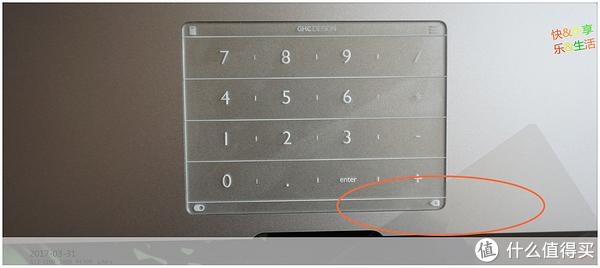 贴膜窍门:揭下保护膜后,贴在Nums一角,这样贴歪了容易调整
