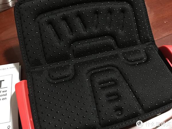 座椅位置带有胶粒防滑处理。不过里面的海绵填充不是很厚。长距离
