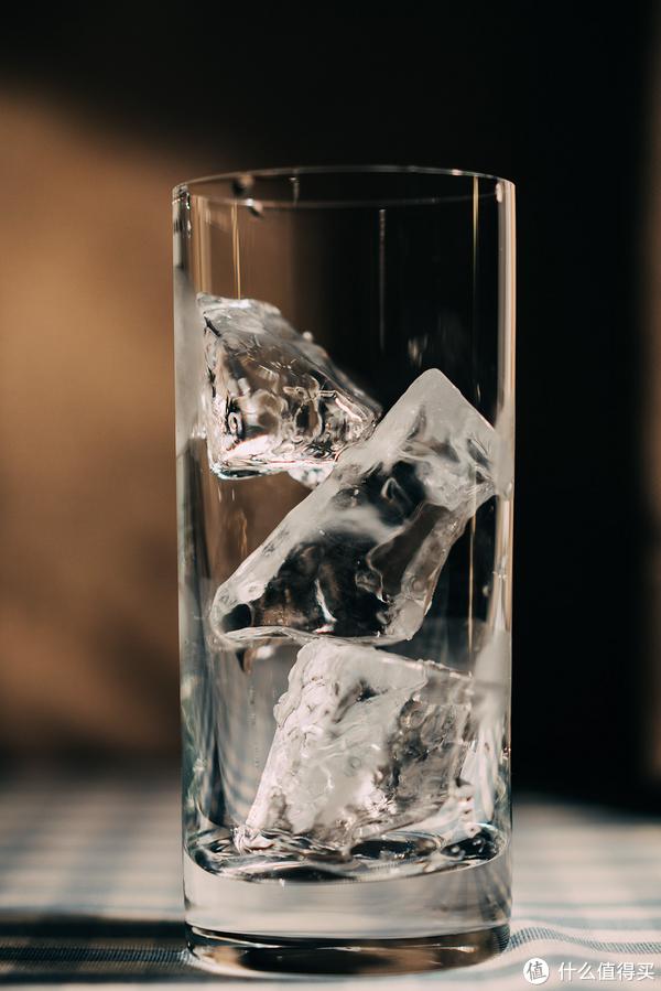 理想的满杯是三块冰