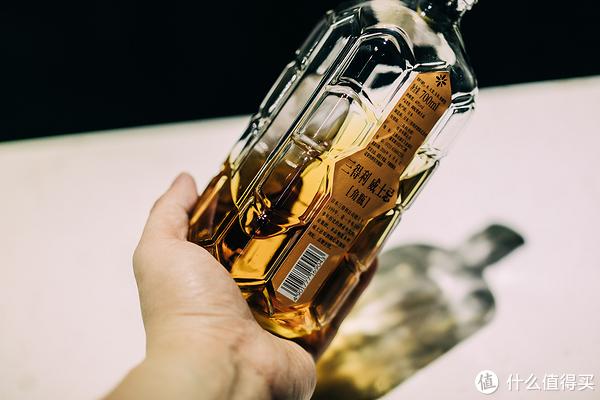 抓酒瓶的时候,最高端的办法自然是抓瓶底。不过需要一定的臂力