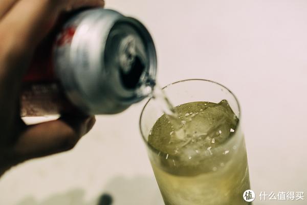 沿着杯边注入,直接浇在冰块上会使汽水脱气。