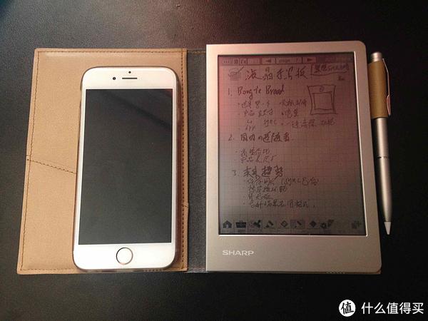 SHARPWG-S30与iPhone6S的大小对比
