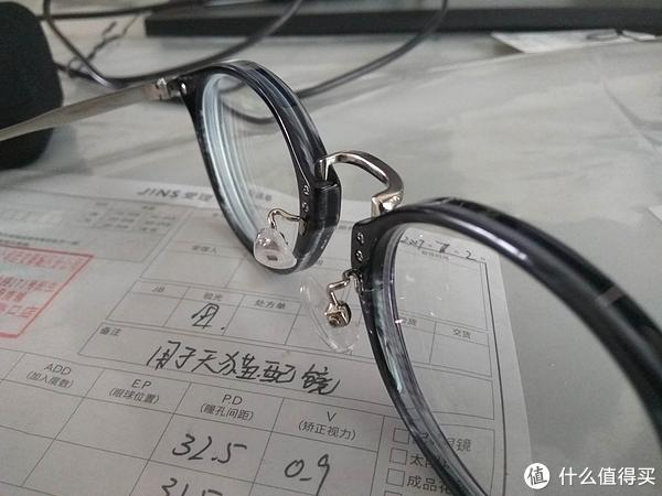 斜视,这款眼镜镜框厚,其实不是镜片厚,425度1.6的应该不厚。