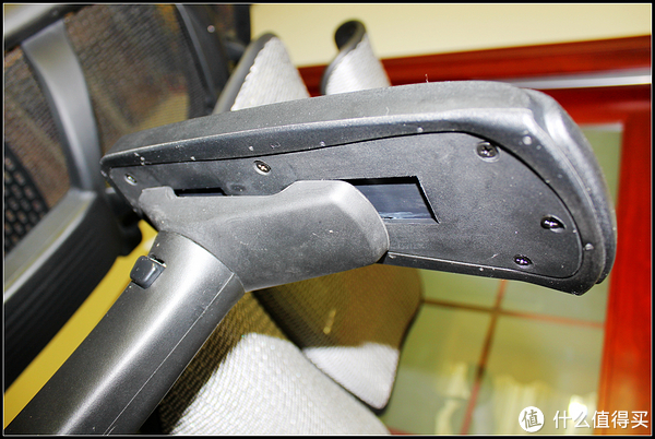 扶手底部,看到的空隙是给扶手左右、前后调节的空间。扶手的外倾角度调节这里看不出来。