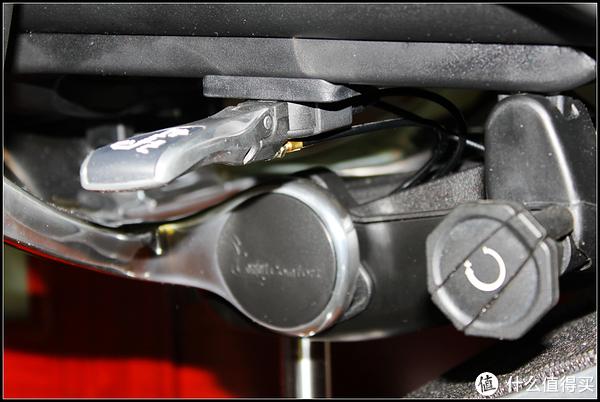 座椅调节杆的特写。所有调节集中在一个调节杆。可以看到有几条线伸出至各个调节点。