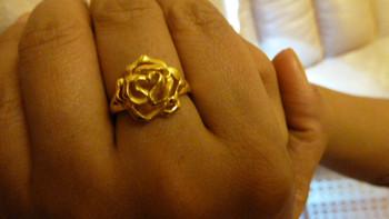 周大福 花月佳期 花朵光砂黄金戒指 + 黄金吊坠,小夫妻与宝宝的情人节