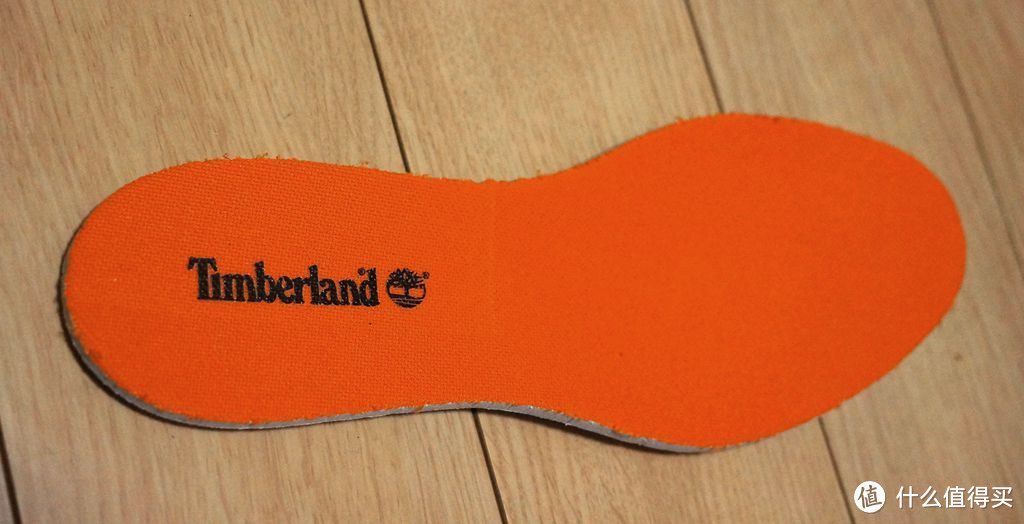 这个是这双鞋子舒适的关键,厚厚的减震鞋垫。