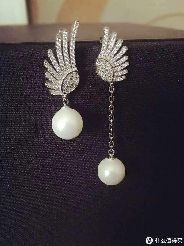 这个更简单,翅膀配件是买的,贝母珠(10mm),整个胶水一粘就好