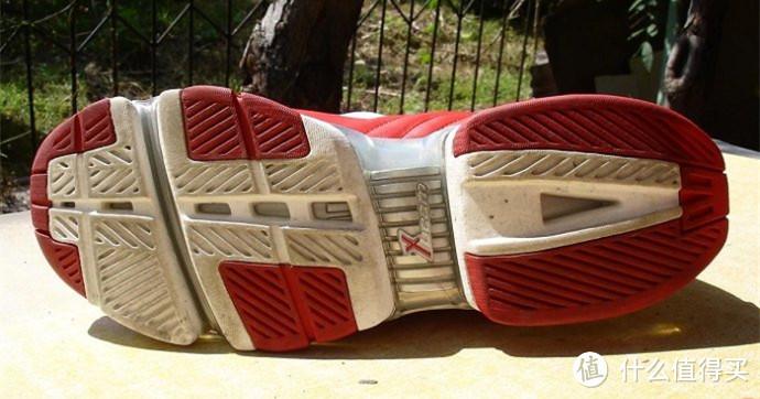 弗朗西斯鞋款的X-BEAM外底造型