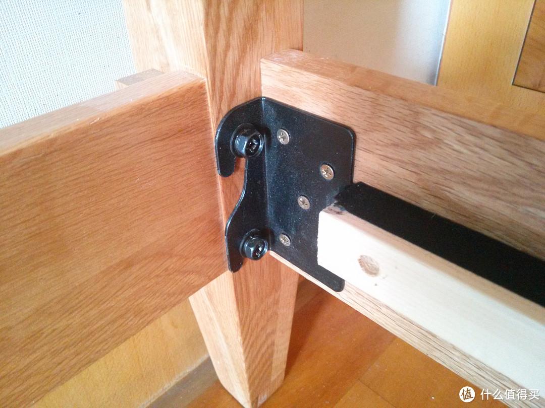 侧面床帮与床头柱的装配方式,金属板加螺丝。