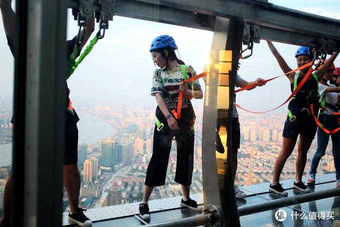 云中漫步 — 上海金茂大厦340米高透明空中步道初体验