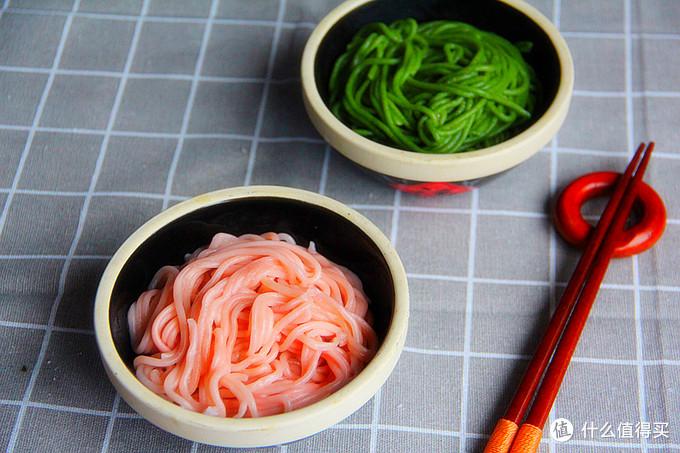 一种蔬菜做出两种对立颜色的面条