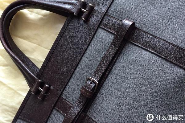 后面的背带可以将手提包固定在拉杆箱拉手上。