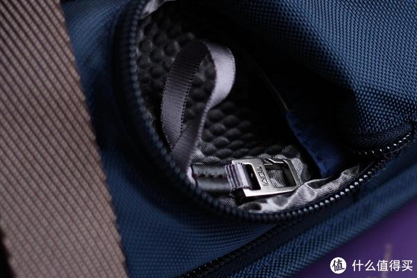 左边口袋内衬柔软,有钥匙挂钩。