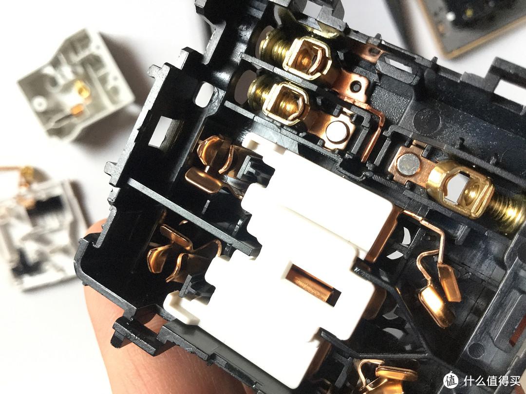 施耐德睿意金、鸿雁拉丝金、鸿雁大板金,三款插座面板拆解对比