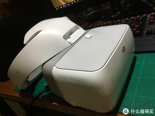 眼镜右边是触摸板,手感非常不错,用来确认和调整各项属性