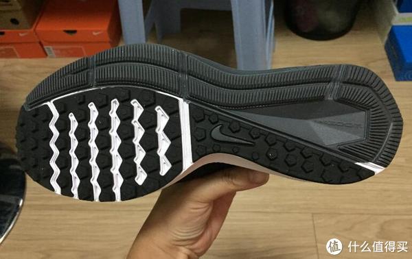 鞋底为华夫底,耐磨度还是很不错的