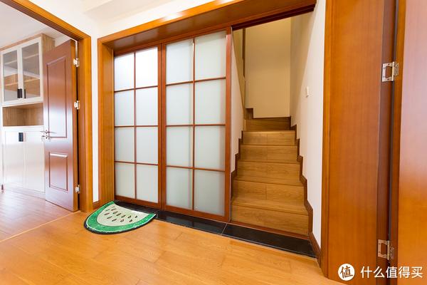 右边是上楼的楼梯