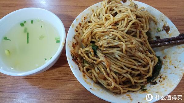 所有的素小面都是干溜(重庆话,干拌的意思),配一碗豆芽菜汤