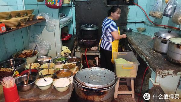 门面很小只够放锅灶、煮面器具和佐料,显得很拥挤