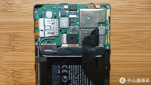 取下贴纸可以看到固定电池排线的卡扣