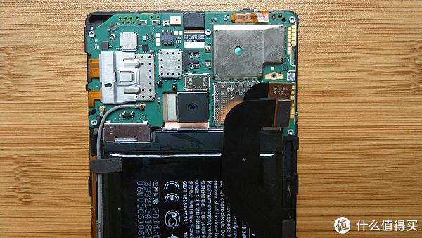 打开卡扣松开电池的排线
