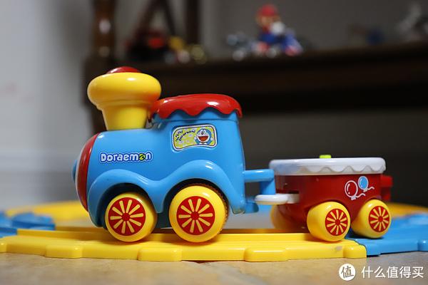 反斗城买的哆啦A梦号轨道小火车,经常拿出来玩。