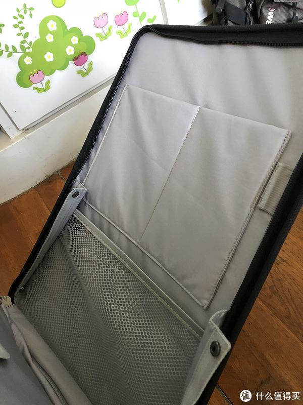 前开盖仓的前侧,可以放日常物品,网兜里可以放一本书