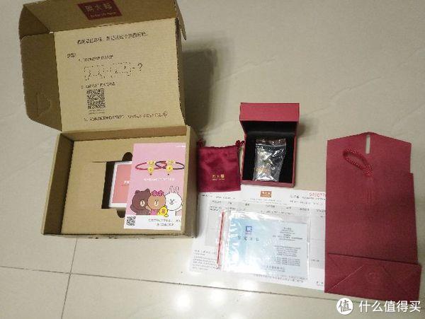 全家福看看 项链放在盒子里, 周大福红色袋子里面装着票据,原料(和田玉)证书,首饰保养手册等!