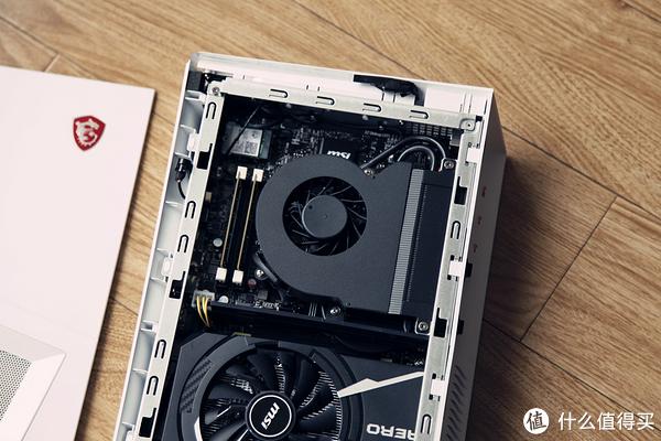 CPU部分采用的涡轮散热方式将热量全部吹出,这是非常明智的一个选择,这个体积下如果使用下压散热再加上显卡温度的话箱内温度会不容乐观。