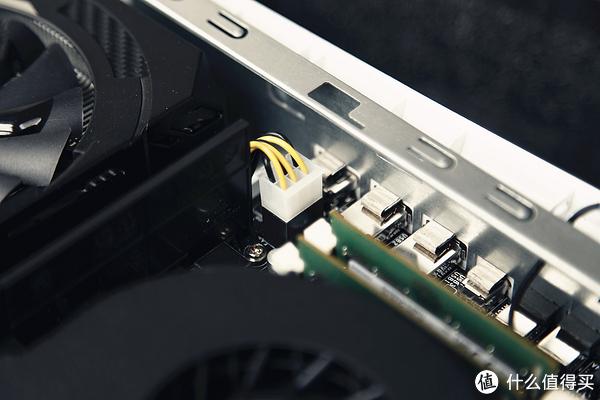 显卡供电采用单6PIN设计,这对于只有120W TDP的1060足矣,同时低功耗设计也会让散热压力下降不少。