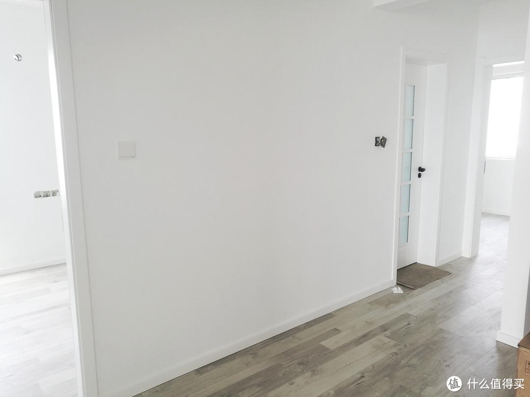 同墙面一个颜色,可以进来弱化其存在,能够让墙面空间得到进一步延伸。