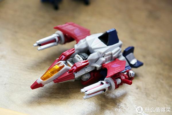 两支氖射线机枪可以搭载在两侧机翼作为火力武器。