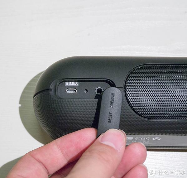 橡胶盖打开后充电口左边,右边音频输入简单明了