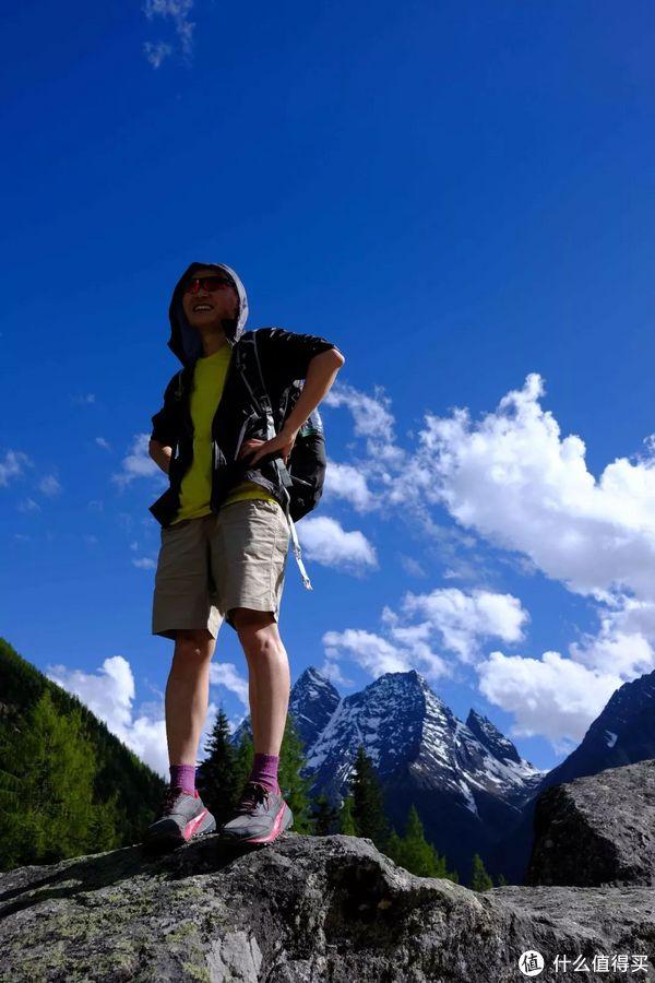 """队友站在大石头上,形容穿着olympus 3.0的感觉是""""如在云端""""。"""