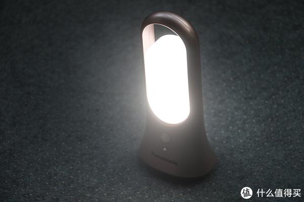 当环境光较暗,感应到周围有人活动,灯便会自动点亮