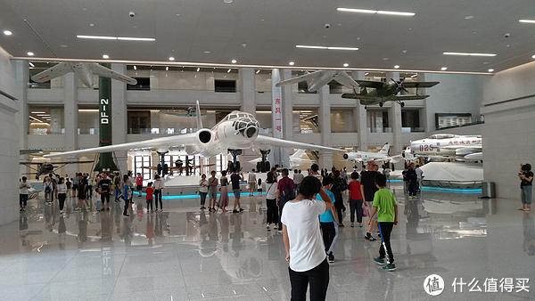 一层大厅的兵器展区主要是飞机、导弹和舰艇,轰6放在中心位置