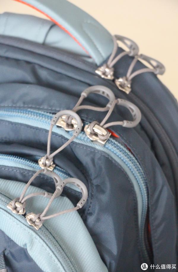 楼主喜欢这款背包的还有一个点在于拉链的设计,拉链上的扣绳结实耐用。除此之外,背包上的扣件也都是YKK出品,值得信赖。