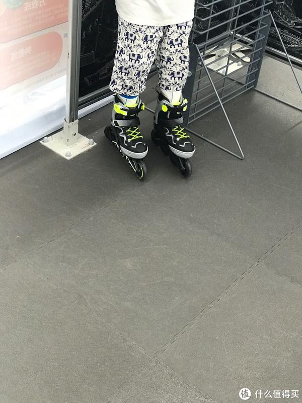 迪卡农299元儿童轮滑鞋晒物