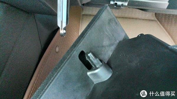 缓降杆连接处分离后的特写,注意手套箱这边是一个整体