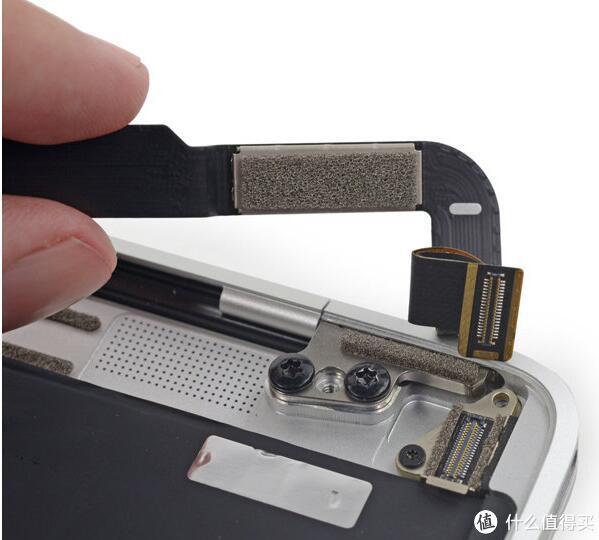 拆下一个螺丝,打开上面的金属压片,就能拆下这个排线