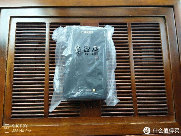 从包裹中取出,包着塑料袋