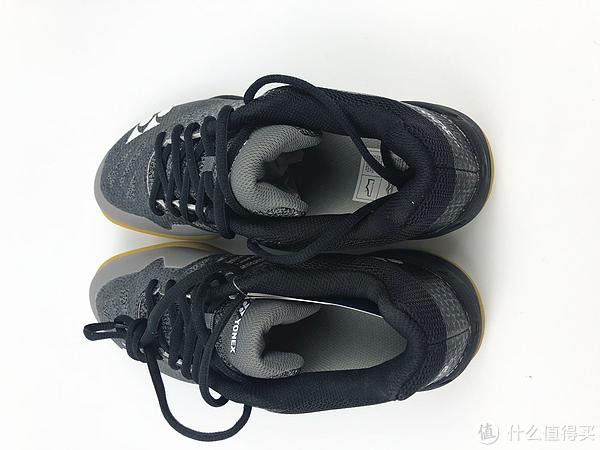 鞋带是防滑的,很长,鞋体没有因为轻量而变薄,还是很厚实的
