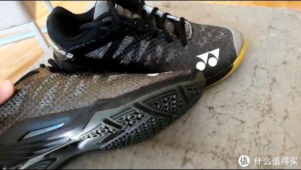 侧面也有些不一样,高配鞋底镂空漏出了碳板,低配的是从外部固定的