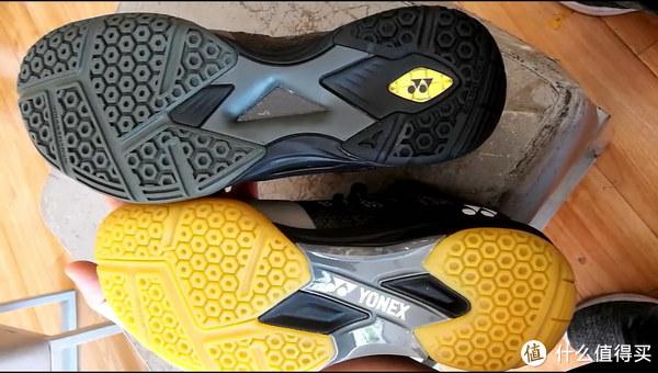 鞋底是两个鞋子最大的区别,鞋底防滑材质是一致的,高配的动力垫是镂空设计,更加有神秘感,碳板也做了镂空处理