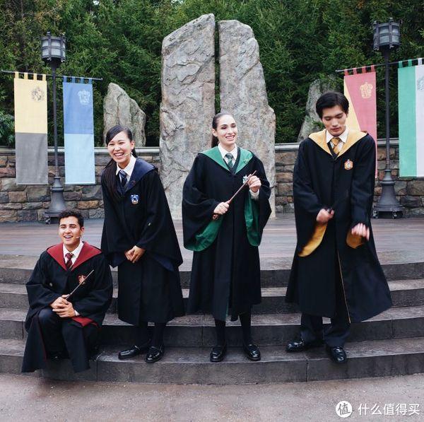 露天舞台不定时有表演,近期是四学院学生的魔杖学习,表演结束后可以合影
