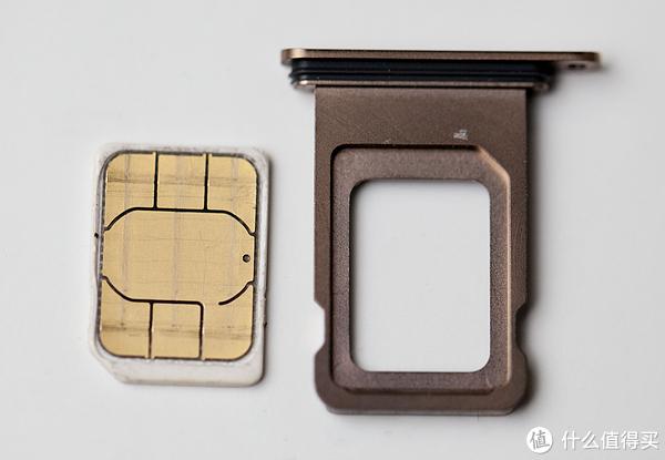 ▲这次新iPhone最大的特色莫过于争对中国市场推出的实体双卡槽,采用的是正反两面实体卡设计,这点库克非常聪明,知道国人的购买能力。