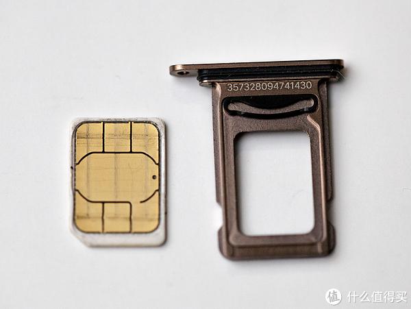 ▲而背部的卡槽也有个人性华设计,有个弹性塑料能防止装上SIM卡后掉落。