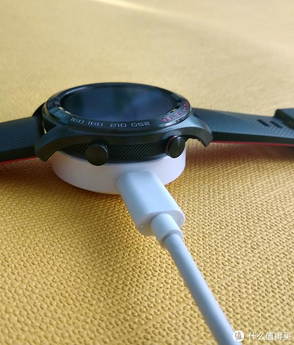 ▲充电状态:底座的磁铁也会吸附手表,比较牢靠